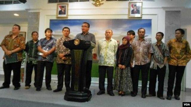 Wamenkumham, Denny Indrayana, didampingi para Pegiat LSM Anti Korupsi memberikan keterangan pers seusai melakukan dialog dengan Presiden Yudhoyono di Istana Negara, Jakarta, Rabu (25/1).