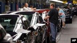 Para pekerja di pabrik mobil General Motors di Ohio (foto: ilustrasi).