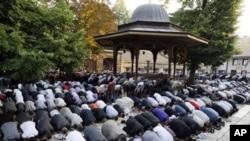 ผลการสำรวจทัศนคติล่าสุดชี้แนะว่า สิบปีหลังการโจมตีเมื่อ 11 กันยายน 2011 มีชาวมุสลิมในอเมริกาน้อยมากที่สนับสนุนความคิดเห็นสุดโต่ง