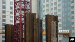 Công nhân Trung Quốc đứng trên khung thép của một công trường xây dựng tại Bắc Kinh.