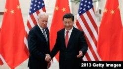 រូបឯកសារ៖ ប្រធានាធិបតីចិនលោក Xi Jinping និងលោក Joe Biden កាលពេលលោកបំពេញការងារជាអនុប្រធានាធិបតីក្រោមរដ្ឋបាលលោក Obama ចាប់ដៃស្វាគមន៍គ្នា ក្នុងពិធីជំនួបមួយនៅវិមានរដ្ឋាភិបាលចិន ក្នុងទីក្រុងប៉េកាំង ប្រទេសចិន កាលពីថ្ងៃទី៤ ខែធ្នូ ឆ្នាំ២០១៣។