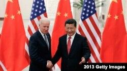 2013年12月4日中國國家主席習近平與來訪的美國副總統拜登握手