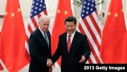 中國國家主席習近平在北京人民大會堂與當時的美國副總統喬·拜登握手合影。(2013年12月4日)