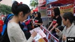 香港市民王小姐寫心意卡給天安門母親