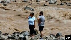 26일 칠레에 쏟아진 폭우로 산티아고 인근 메이포 강이 범람했다.