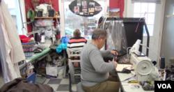 파르빈, 야돌라 자말레자 씨 부부가 가게에서 옷수선을 하고 있다.