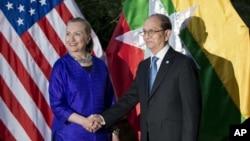 Ngoại trưởng Mỹ Hillary Clinton và Tổng thống Miến Điện Thein Sein bắt tay trước khi họp tại Siem Reap, Campuchia, Thứ sáu, 13/7/2012