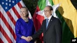La secretaria Hillary Clinton se reunió con Thein Sein, el presidente de Myanmar, país sancionado por EE.UU. desde mayo de 1997, en materia de comercio e inversiones.