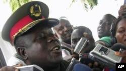 o general António Indjai falando aos jornalistas