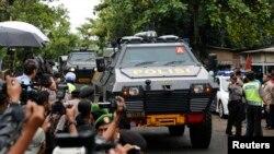 Xe bọc thép của cảnh sát Indonesia chở 2 tù nhân người Úc đến cảng để đi phà ra đảo Nusa Kambangan, nơi sẽ diễn ra vụ hành quyết, ngày 3/5/2015. Từ năm 2013 tới nay, Indonesia đã xử tử ít nhất 10 can phạm buôn lậu ma túy.