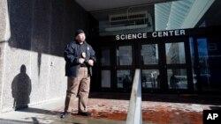 Un guardia de seguridad vigila la entrada al Centro de Ciencias de Harvard, uno de los edificios evacuados por amenaza de bomba.