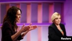 جیسنڈا آرڈرن اور نیشنل پارٹی کی رہنما جوڈتھ کولنز ایک مباحثے میں شریک ہیں۔