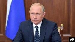 El presidente de Rusia, Vladimir Putin, habló en la TV estatal desde el Kremlin en Moscú, el miércoles, 29 de agosto de 2018.