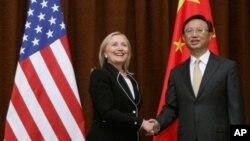 4일 중국 베이징을 방문한 힐러리 클린턴 미 국무장관(왼쪽)과 양제츠 중국 외교부장.