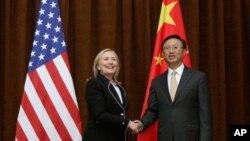 美國國務卿克林頓9月4日抵達北京訪問﹐與中國外交部長楊潔箎握手合照。