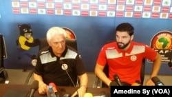 L'entraîneur de la Tunisie Henryk Kasperczak et le capitaine Syam Ben Youssef donnent aussi une de conférence de presse au stade de Franceville, Gabon, 14 janvier 2017. (VOA/Amedine Sy)