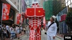 視覺藝術家黃國才製作一個9呎高的「進擊的共人」諷刺中國歪風進擊香港,參加7-1大遊行