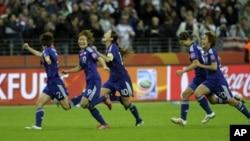 日本球员在赢得女足世界杯后在场上欢欣跳跃