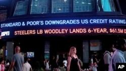 """8月5日纽约时代广场上的速报新闻标题为""""标普下调美国信用评级"""""""