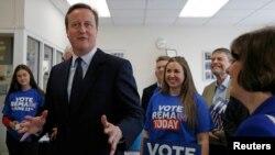 영국의 EU 잔류를 지지하는 데이비드 캐머런 영국 총리가 21일 런던 남부 원즈워스 시에서 EU 잔류 운동 자원봉사자들과 대화하고 있다.