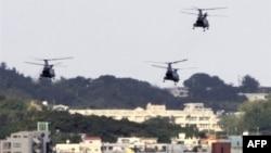Helikopter terbang di atas pangkalan marinir AS di Okinawa, Jepang. (Foto: Dok)
