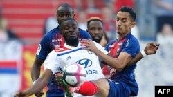 Le milieu de terrain français Lyonnais Tanguy Ndombele Alvaro (à gauche) lutte avec le milieu de terrain tunisien de Caen Saif Eddine Khaoui (à droite) lors du match de football de L1 opposant Caen (SMC) et Lyon (OL), au stade Michel d'Ornano, à Caen, le