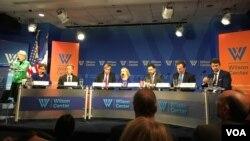 """美国智库伍德罗•威尔逊国际学者中心11月15日举行名为""""世界对于美国新任总统有何期待""""的讨论会(美国之音乔栈拍摄)。"""