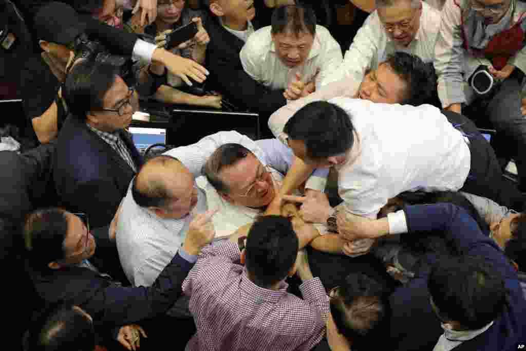 دعوا و کتککاری بین طرفداران دموکراسی و طرفداران دولت چین در مجلس قانونگذاری هنگ کنگ