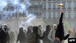 Fransada polislər tətil aksiyası keçirənlərin blokadasını yarmağa müvəffəq olub