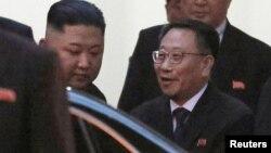 지난 2월 베트남 하노이 주재 북한 대사관을 방문한 김정은 북한 국무위원장과 대화하는 김명길 당시 주베트남 북한대사.