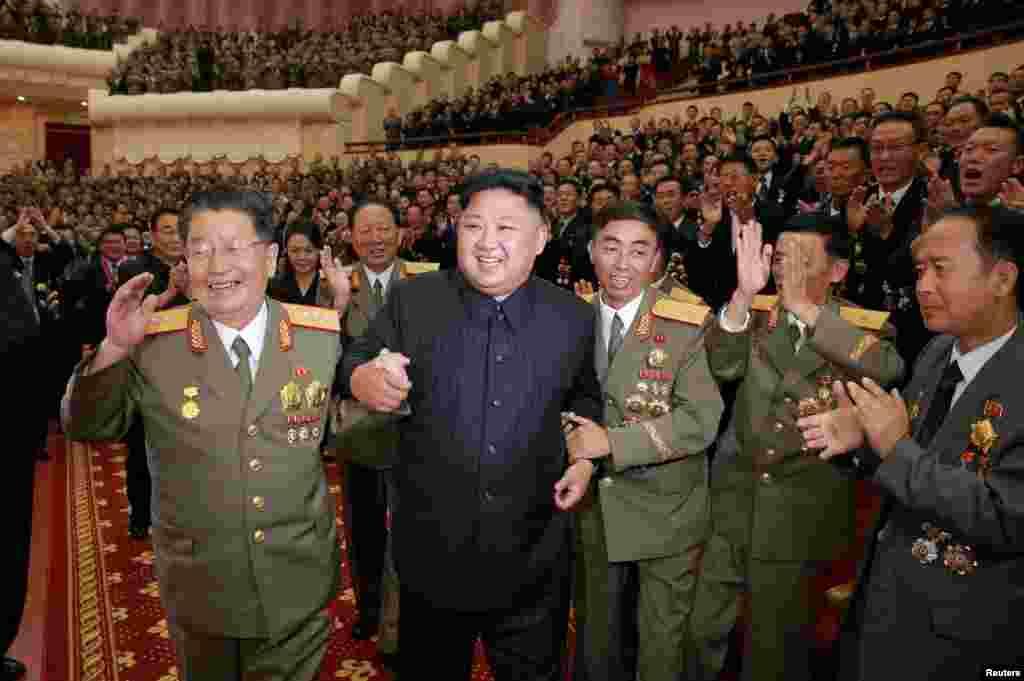 북한이 수소탄시험 성공을 기념하기 위해 마련한 축하연에 김정은 국무위원장과 발사 관계자들이 참석했다.