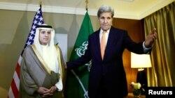 Amerika bosh diplomati Jon Kerri Saudiya Tashqi ishlar vaziri Odil al-Jubayr bilan Jenevada muloqot qilmoqda. 2-may, 2016-yil.