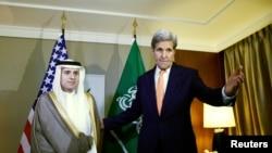 美国国务卿克里站在沙特外交大臣阿德尔旁(2016年5月2日)