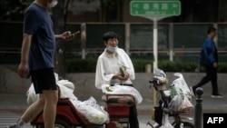 一名小贩在北京街头摆摊。(2020年6月8日)