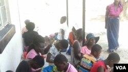 Beberapa gadis Zimbabwe menjahit pembalut yang dapat digunakan kembali. (Foto: VOA)