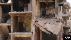 Əlində oyuncaq silah olan suriyalı oğlan ABŞ və Rusiyanın vasitəçiliyi ilə əldə edilmiş atəşkəsdən sonra Qamışlı şəhərində dağılmış binanın qarşısında