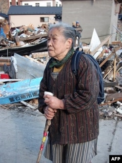 84 yoshli Ayako Ito vayronaga aylangan uyi oldida