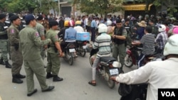 Police set up a roadblock Monday about 500 meters from the headquarters of the opposition Cambodia National Rescue Party. (Hul Reaksmey/VOA Khmer)