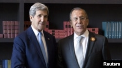 ລັດຖະມົນຕີຕ່າງປະເທດ ສະຫະລັດ ທ່ານ John Kerry ກັບ ລັດຖະມົນຕີຕ່າງປະເທດ ຣັດເຊຍ ທ່ານ Sergei Lavrov, ຖ່າຍຮູບຮ່ວມກັນກ່ອນການປະຊຸມໃນເມືອງ Sochi, ຣັດເຊຍ, 12 ພຶດສະພາ, 2015.