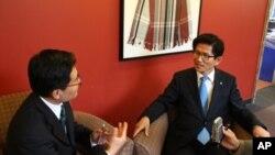 2011년 11월 미국의 소리방송과 인터뷰 중인 김문수 경기도 지사