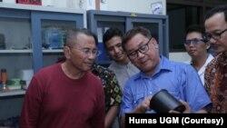 Ketua tim peneliti Yudi Utomo Imardjoko (baju biru) menunjukkan baterai nuklir hasil riset tim Universitas Gadjah Mada (UGM) kepada Dahlan Iskan. (Foto: Humas UGM)