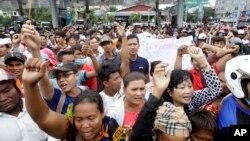 Người biểu tình Campuchia phản đối bên ngoài một trung tâm mua sắm, nơi nhà phân tích chính trị nổi tiếng Kem Ley bị bắn chết ở Phnom Penh hôm 10/7.