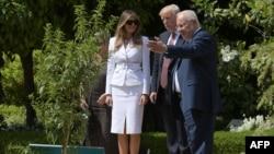 美国总统川普和第一夫人梅拉尼亚访问了耶路撒冷老城的圣墓教堂(2017年5月22日)