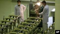 伊朗技术人员在首都德黑兰往南410公里外的伊斯法罕工厂里生产铀燃料(资料照片)。
