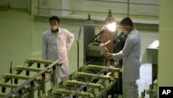 Иранские техники на предприятии по производству ядерного уранового топлива в пригороде Исфахана, в 410 км от Тегерана. 9 апреля 2009 г.