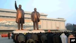 지난해 2월 평양에서 사망한 김정일 국방위원장의 생일을 맞아 만수대 김일성, 김정일 부자상을 방문한 주민들이 단체로 절하고 있다. (자료사진)