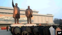 지난해 2월 평양에서 사망한 김정일 국방위원장의 생일을 맞아 만수대 김일성, 김정일 부자상을 방문한 주민들이 단체로 절하고 있다. 국제인권감시단체 '프리덤하우스'는 올해도 북한을 최악의 언론 탄압국으로 분류했다.