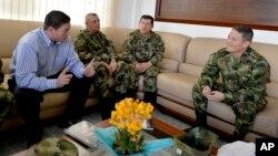 El general Rubén Alzate (derecha) conversa con el ministro de Defensa, Juan Carlos Pinzón (izquierda) y los comandantes Gen. Juan Pablo Rodíguez (segundo de la derecha) luego de la liberación del primero en Medellín, Colombia.