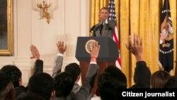 ບັນດານັກສຶກສາ ຍົກມືຊັກຖາມ ປະທານາທິບໍດີ Barack Obama