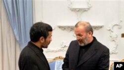 منوچهر متکی اوجمهور رئیس احمدی نژاد (چپ)